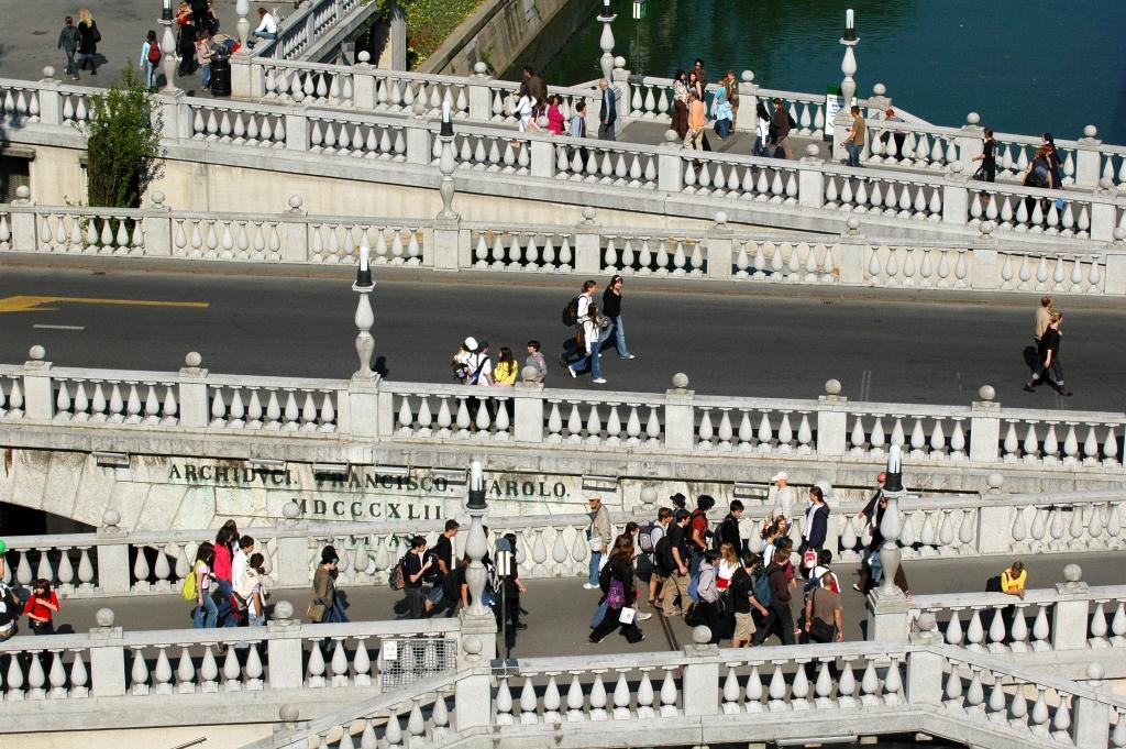 Ben bu köprünün fotoğrafını düzgün bir şekilde çekemediğimden internetten fotoğraf kullandım. Kaynak: www.visitljubljana.com